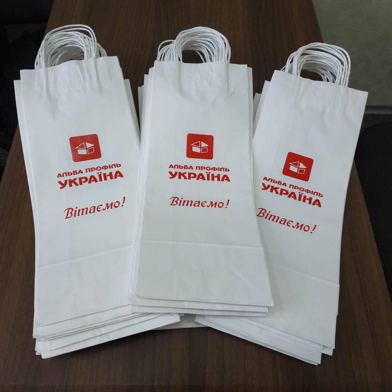 Пакеты из белой крафт-бумаги с логотипом